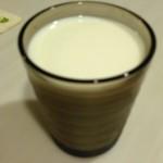 牛乳と酢の混合ドリンク